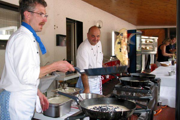 Zwei Spezialisten im Heidelbeerpfannkuchen Akkord  Dirk und Ralf - unübertroffen