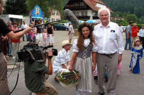 Fernsehteam SWR beim Heidelbeerfest Heidelbeerprinzessin Melissa Waidelich mit Helmut Schäfer